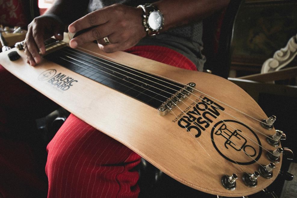 Um clássico da música havaiana e blues com pegada do skate no visual.