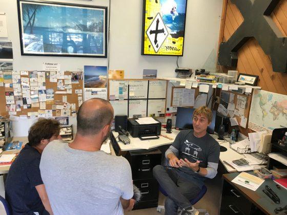 Xanadu contando sua história para o produtor Luciano Burin e o cameraman Antônio Zanella, Califórnia (EUA). Foto: Arquivo pessoal Fabio Gouveia.