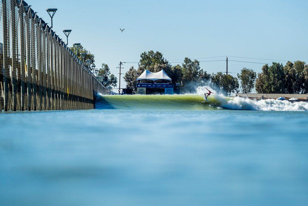 """""""Dono da piscina"""", Kelly Slater termina etapa na terceira colocação."""