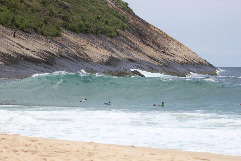Costão de Itacoatiara oferece boas ondas para o domingo decisivo.