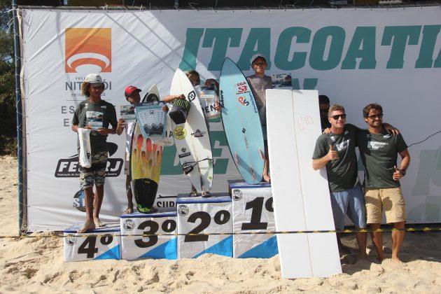 Pódio Infantil, Itacoatiara Open de Surf 2018, Niterói (RJ). Foto: @surfetv / @carlosmatiasrj.