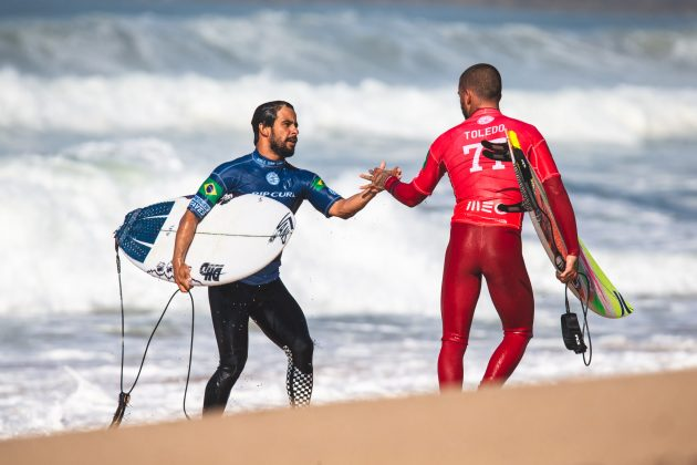 Tomas Hermes e Filipe Toledo, MEO Rip Curl Pro Portugal 2018, Supertubos, Peniche. Foto: Luca Castro.