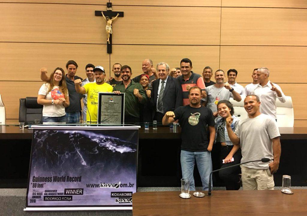 Representantes do surfe prestigiam evento em homenagem a Rodrigo Koxa no Guarujá.