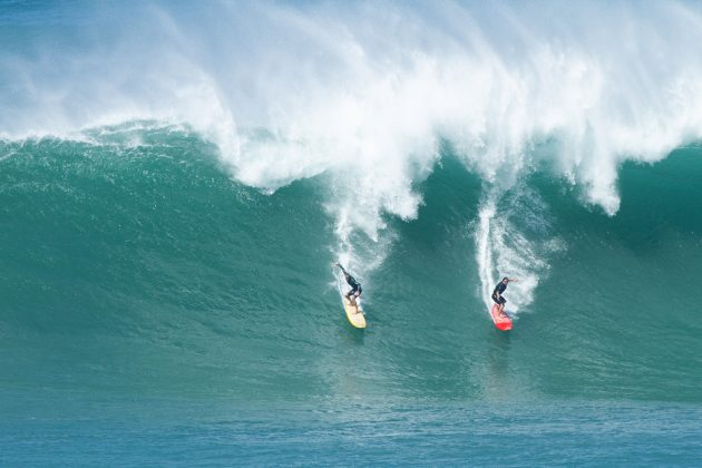 Gavin Beschen e Ricardo Taveira, Waimea Bay, North Shore de Oahu, Havaí. Foto: Butch Youmans.