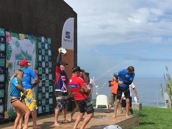Maca levanta o troféu Master, Mundial Master 2018, Açores, Portugal. Foto: Arquivo pessoal Fabio Gouveia.