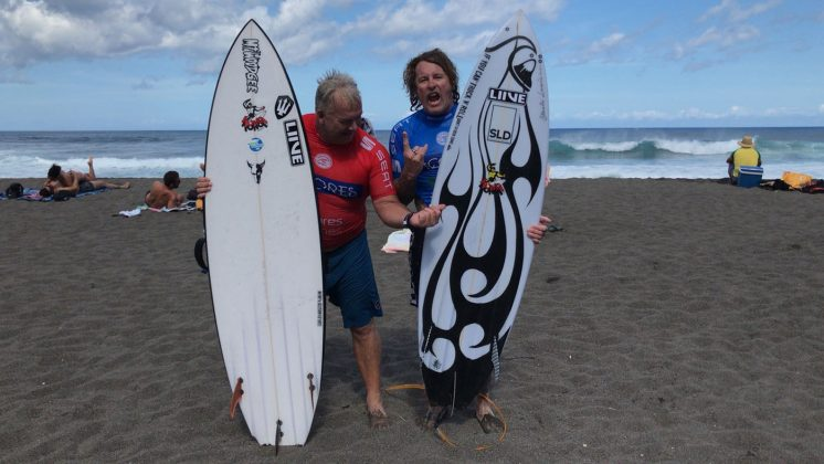 Os australianos Gary Elkerton e Matt Hoy, Mundial Master 2018, Açores, Portugal. Foto: Arquivo pessoal Fabio Gouveia.