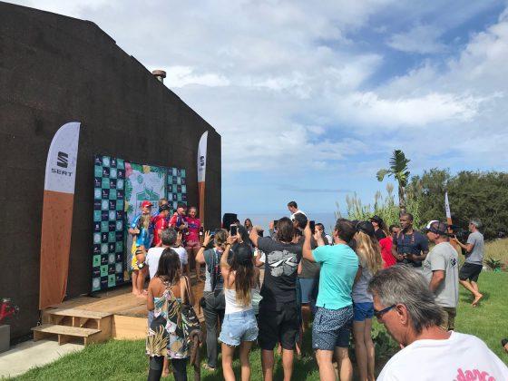 Repórteres documentando a festa no pódio, Mundial Master 2018, Açores, Portugal. Foto: Arquivo pessoal Fabio Gouveia.