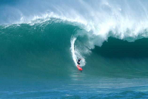 Ricardo Taveira, Waimea Bay, North Shore de Oahu, Havaí. Foto: Butch Youmans.