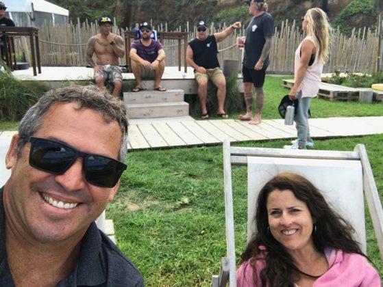 Selfie de Fabio e Elka Gouveia com ídolos masters ao fundo, Mundial Master 2018, Açores, Portugal. Foto: Arquivo pessoal Fabio Gouveia.