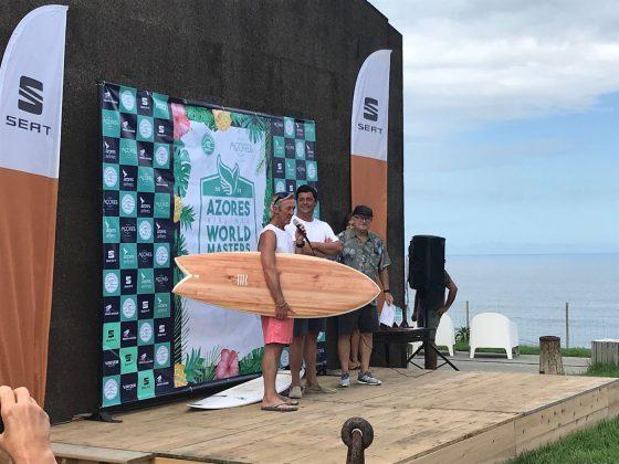 Terry Richardson venceu a Expression Session entre os Grand Masters e recebeu essa linda fish de madeira, Mundial Master 2018, Açores, Portugal. Foto: Arquivo pessoal Fabio Gouveia.