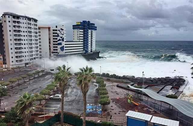 Ondas atingem paredão em frente a edifícios em novembro de 2018 em Tenerife, Ilhas Canárias.