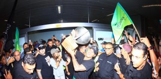 Bicampeão mundial Gabriel Medina chega ao aeroporto de Guarulhos (SP).