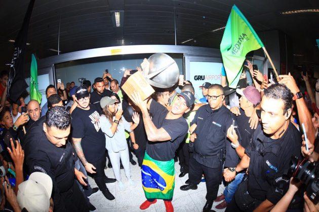 Bicampeão mundial Gabriel Medina chega ao aeroporto de Guarulhos (SP). Foto: WSL / Aleko Stergiou.