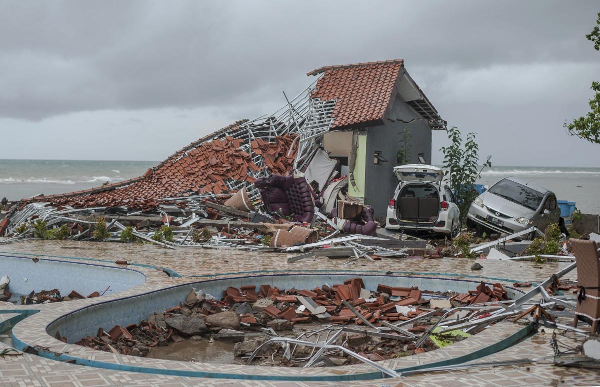 Tsunami deixa seu rastro na praia de Carita, província de Banten, Indonésia.