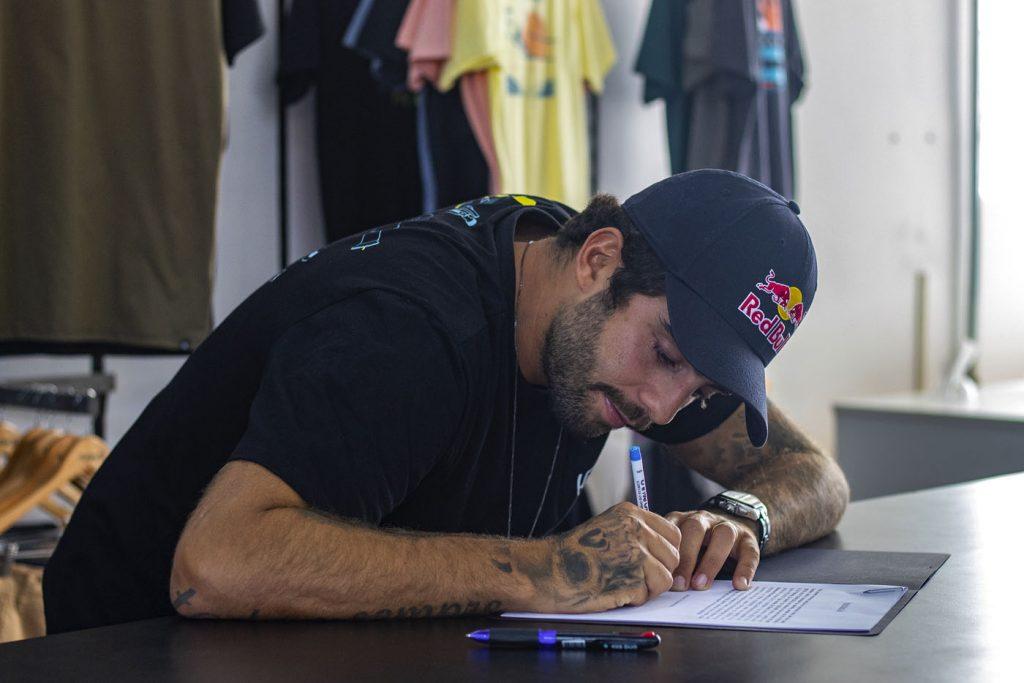 Pedro Scooby assina coleção da Hurley