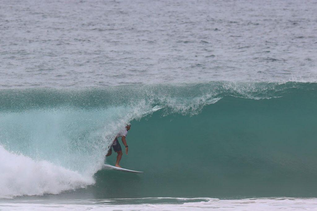 Jadson André surfa o tubo do dia na sexta-feira em Fernando de Noronha.