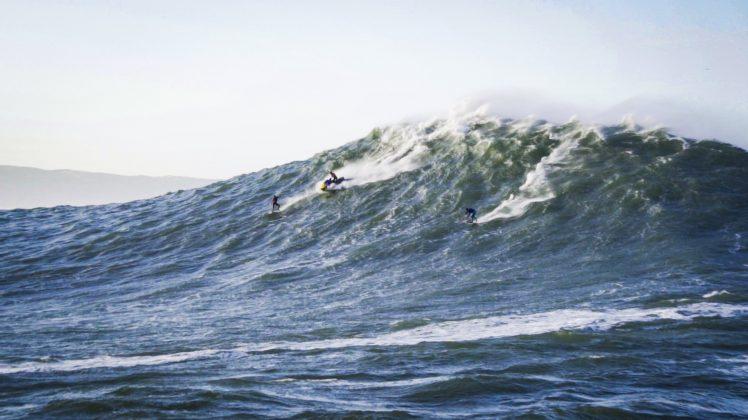Lucas Chumbo e Andrew Cotton, Praia do Norte, Nazaré, Portugal. Foto: Renan Vignoli.