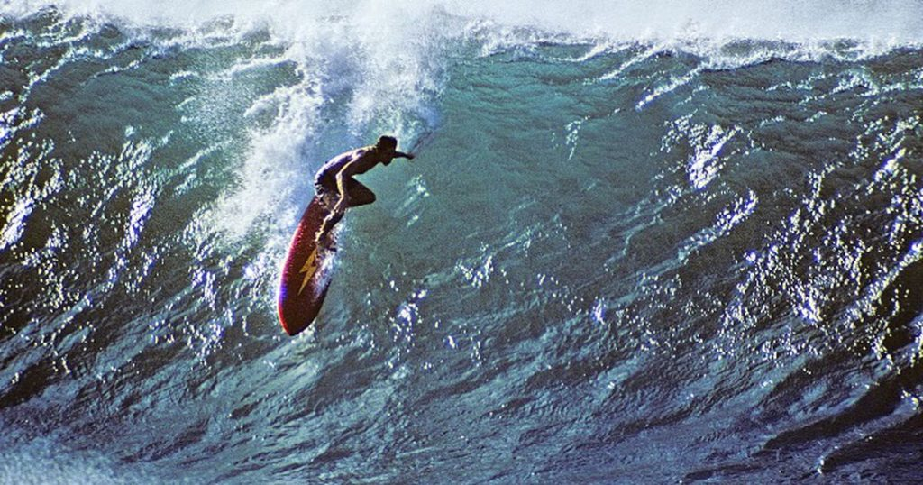 Gerry Lopez era o rei de Pipeline nos anos 70. O raio da Lightning Bolt surgiu com ele. Pipe, Lopez e o raio são inseparáveis na história do surfe moderno.