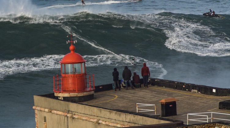 Sebastian Steudner (onda), Renan e Burle (jet), Praia do Norte, Nazaré, Portugal. Foto: Arquivo pessoal.
