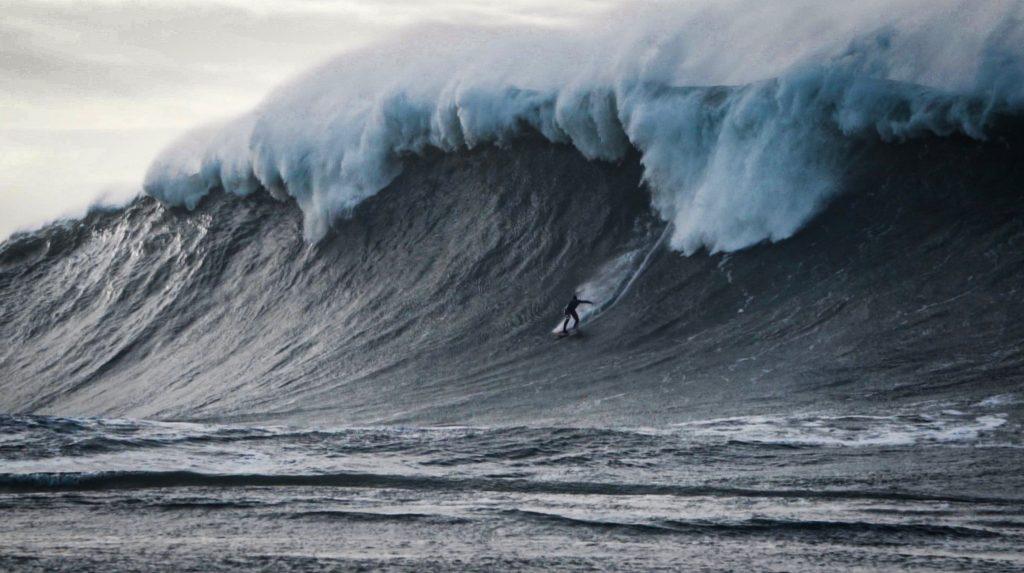 Will Skudin desce a ladeira em um dos maiores mares da temporada.