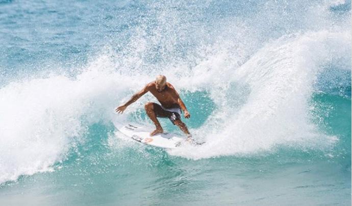 Italo Ferreira rasga as paredes de Duranbah Beach.