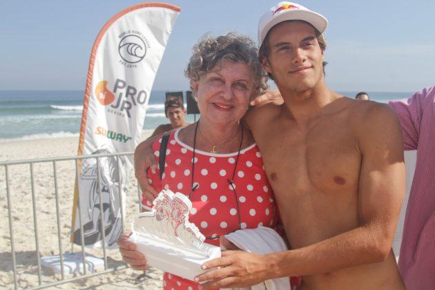 Mateus Herdy e avó, Oi Pro Junior Series 2019, Barra da Tijuca, Rio de Janeiro (RJ). Foto: Pedro Monteiro.