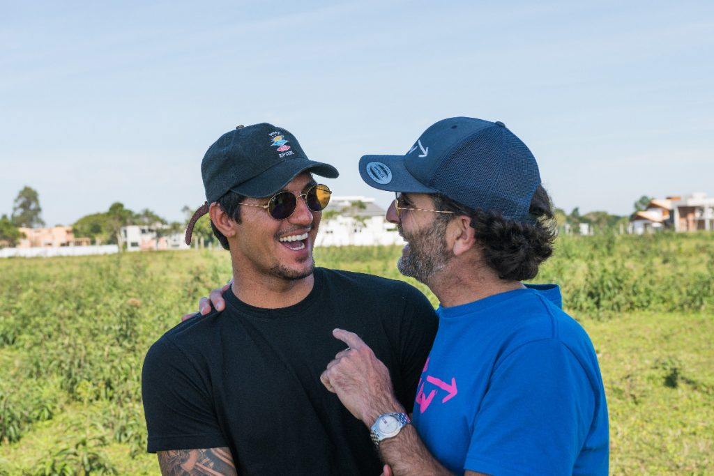 Fernando Odriozola conversa com Gabriel Medina durante o lançamento do condomínio Surfland em Garopaba.