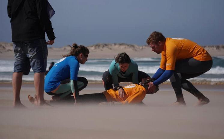 Instituições como a Surfing Medicine International e a Sobrasa auxiliam os surfistas a terem mais segurança no outside.