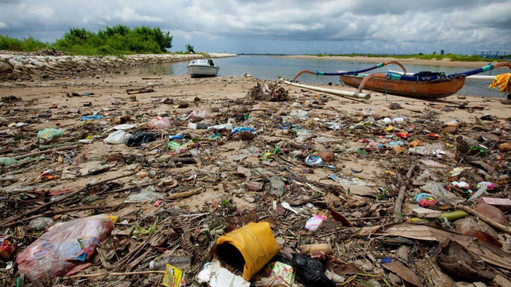 Em lugares como a Indonésia, lixo plástico é o maior vilão de rios e oceanos.