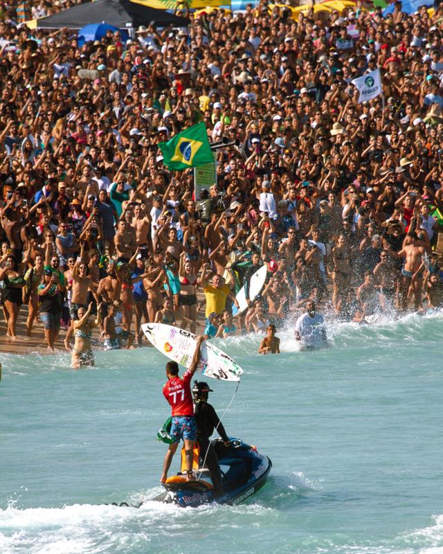Toledo leva torcida brasileira ao delírio com vitória no Oi Rio Pro.