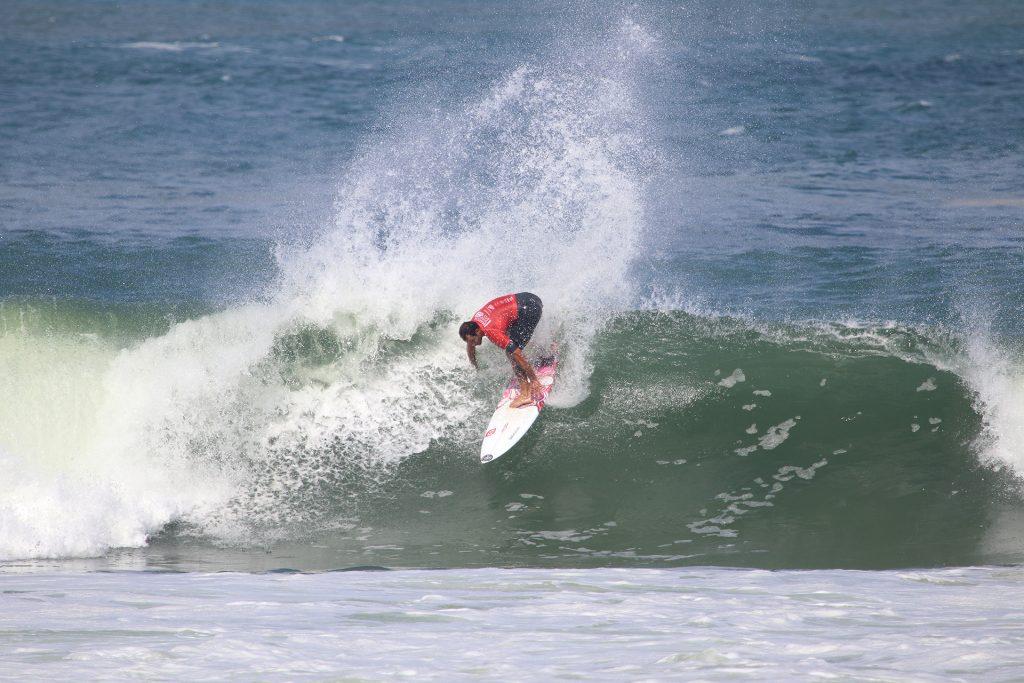 Leandro Bastos manobrou forte nas esquerdas de Ponta Negra e está na semifinal.