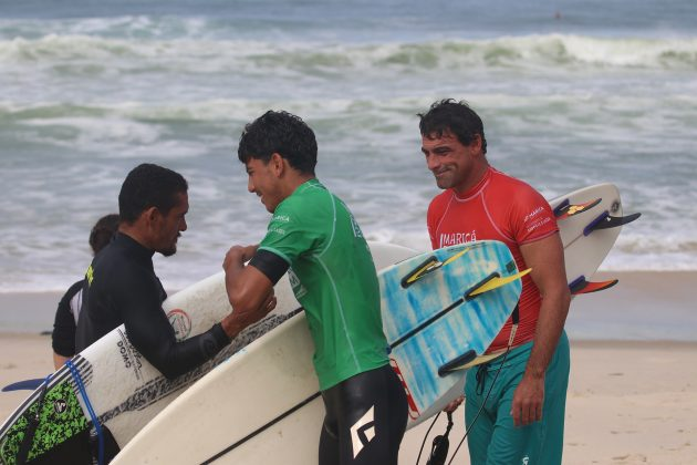 Paulo Roberto, Valentim Neves e Leo Neves, Maricá Surf Pro / AM 2019, Ponta Negra (RJ). Foto: @surfetv / @carlosmatiasrj.