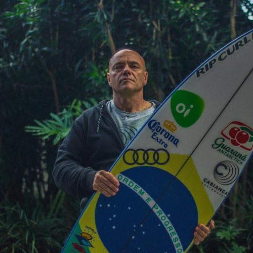 É bom termos um bicampeão mundial, ainda mais quando surfa para um shaper brasileiro. Johnny Cabianca possui um trabalho de longa data com Gabriel Medina.