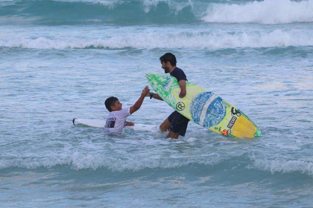 Davi Teixeira e Jonathan Borba, Praia do Forte, Cabo Frio (RJ). Foto: @surfetv / @carlosmatiasrj.