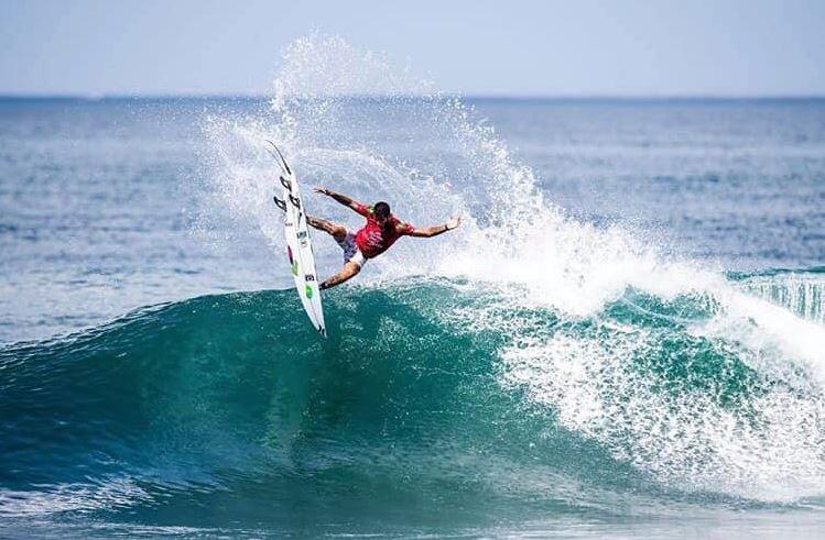 Filipe Toledo é um dos pilotos mais ousados e tem levado o nome de Marcio Zouvi, da Sharp Eye Surfboards, a outro patamar… Bem alto, aliás.