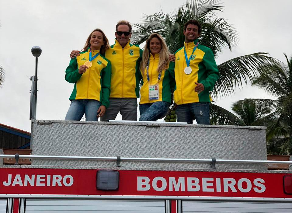 Lena Guimarães, Américo Pinheiro (treinador), Karol Ribeiro e Vinnicius Martins desfilam no carro do Corpo de Bombeiros em Cabo Frio (RJ).