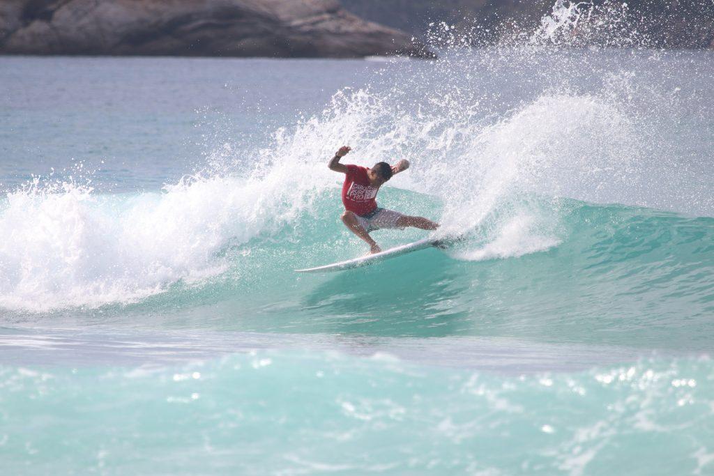 José Eduardo rasga forte em Cabo Frio (RJ).