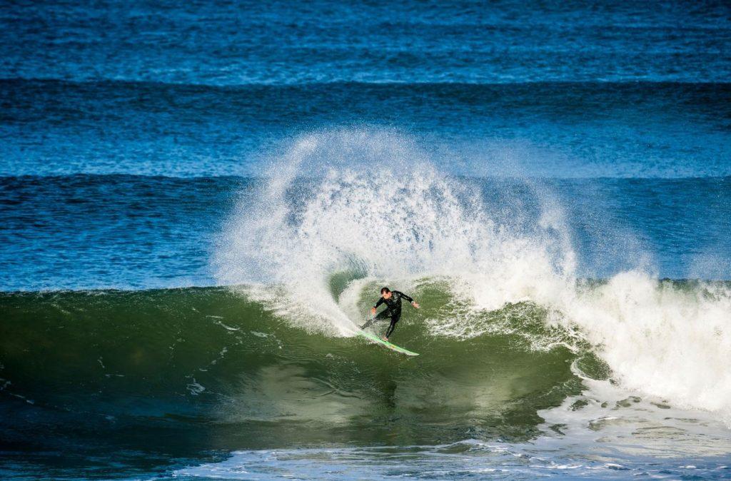 Julian Wilson ainda não se encontrou esse ano, mas continua ajudando a manter a JS Surfboards em evidência.
