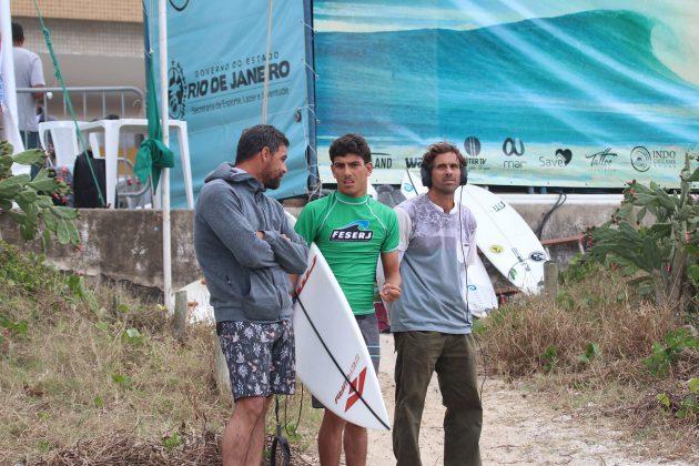 Leo Neves, Valentin Neves e Milton Morbeck, Praia do Forte, Cabo Frio (RJ). Foto: @surfetv / @carlosmatiasrj.