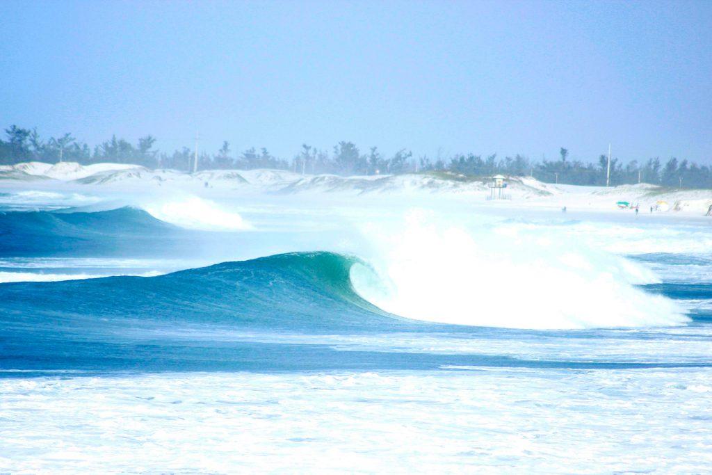 A Praia do Forte, em Cabo Frio (RJ), é palco da terceira etapa do Circuito Pro 2019 do Rio.