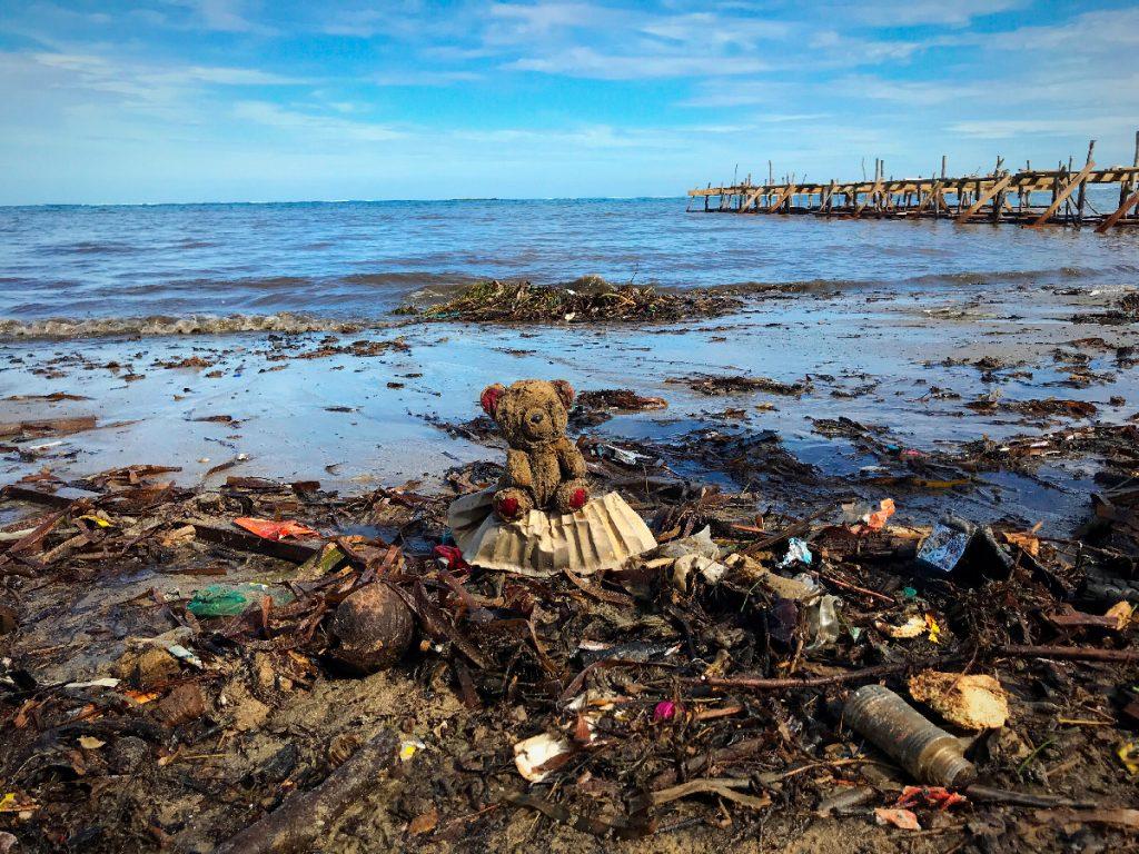 Cerca de oito toneladas de resíduos plásticos são despejados no mar anualmente.