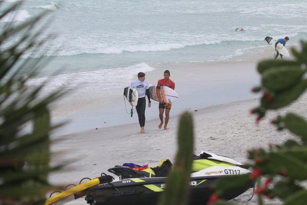 Yago Ramos e Vitor Ferreira, Praia do Forte, Cabo Frio (RJ). Foto: @surfetv / @carlosmatiasrj.