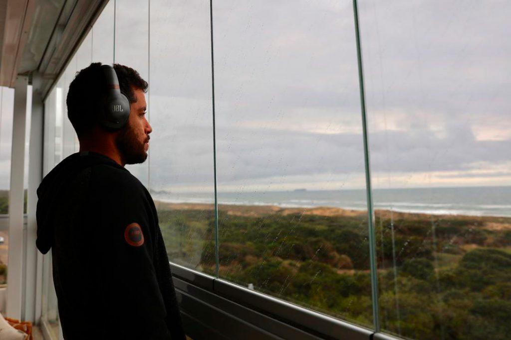 Adriano de Souza reflete sobre as características dos surfistas brasileiros e havaianos.