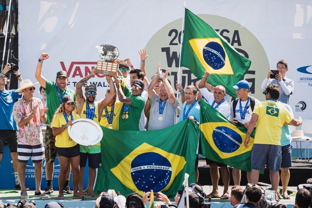 Equipe brasileira faz a festa no pódio do ISA World Surfing Games 2019.