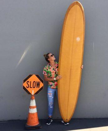 Courtney com um longboard: esse tipo de prancha ajuda no entendimento de outras curvas. Foto: Reprodução.
