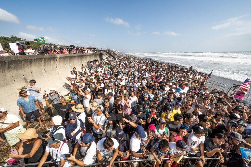 Torcida japonesa lota as areias de Kisakihama Beach no último dia de evento.