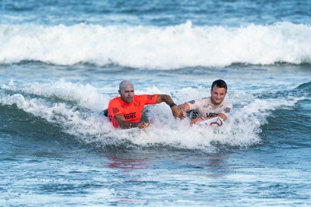 Kelly Slater e Geroid McDaid, ISA World Surfing Games 2019, Miyazaki, Japão. Foto: ISA / Evans.