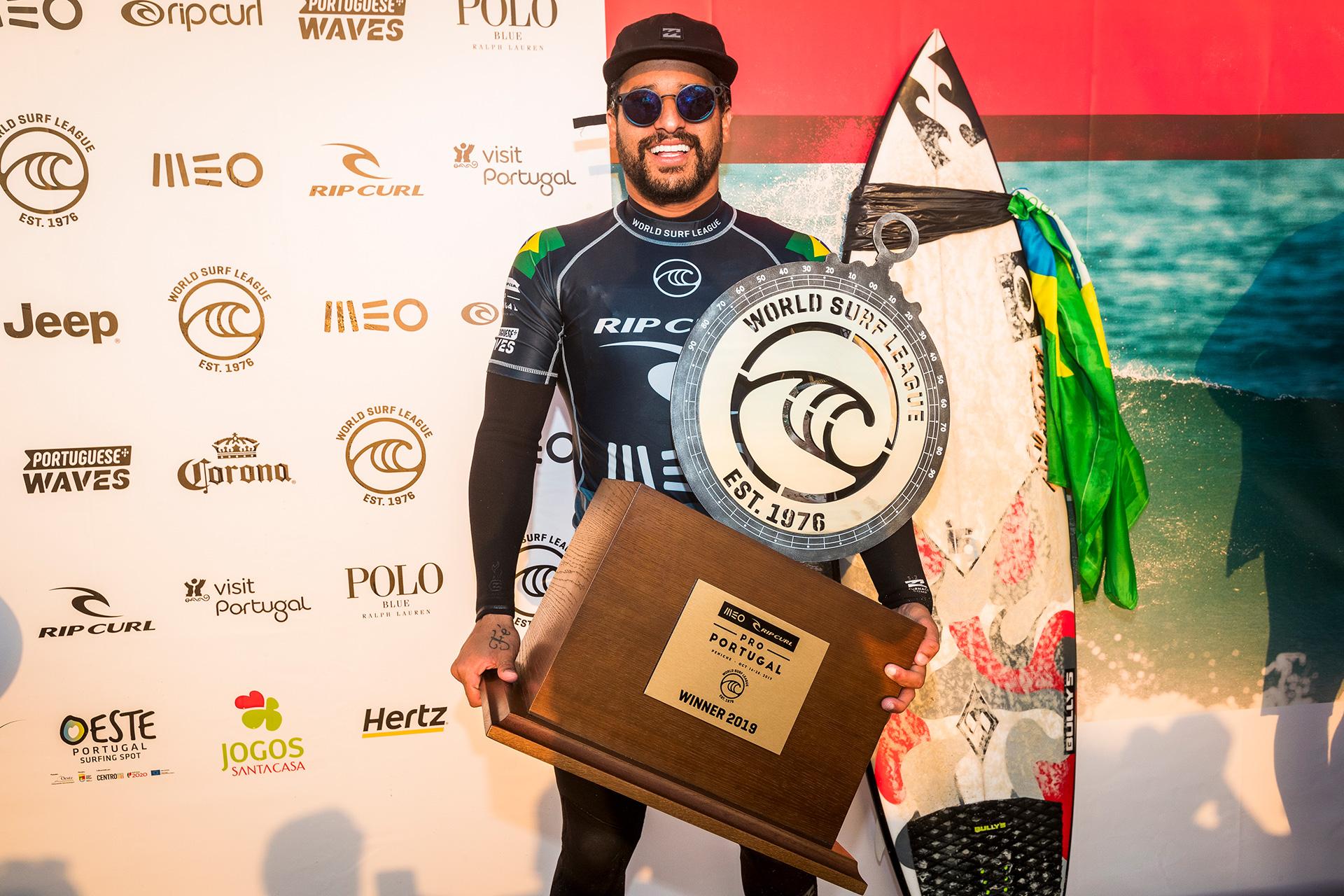 Italo Ferreira vai para o Havaí como líder do ranking.
