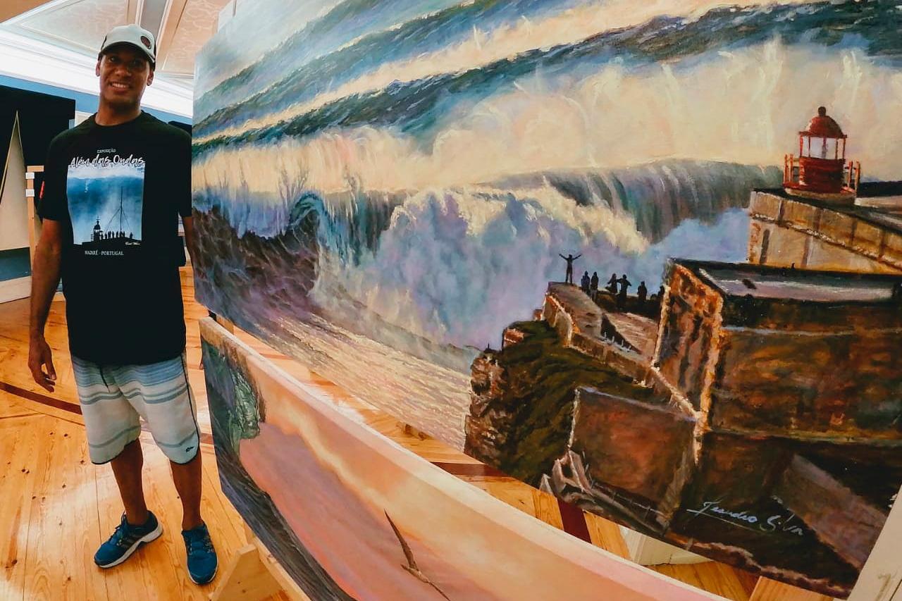 """Leandro Silva na exposição """"Encontro das Águas"""", que mostra algumas de suas artes."""