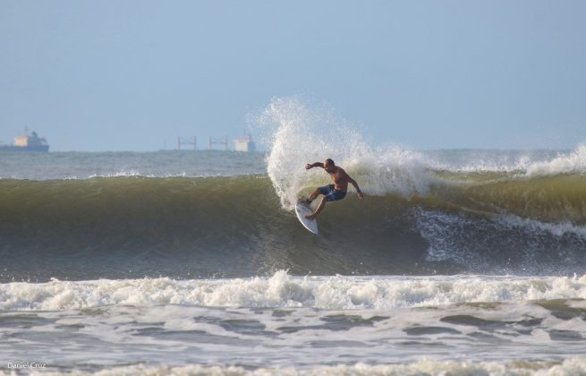 Raphael Regueira, Pitangueiras, Guarujá (SP). Foto: Daniel Cruz / @surfmappers.